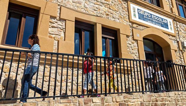 Exterior del colegio público de Ancín en una imagen de archivo.