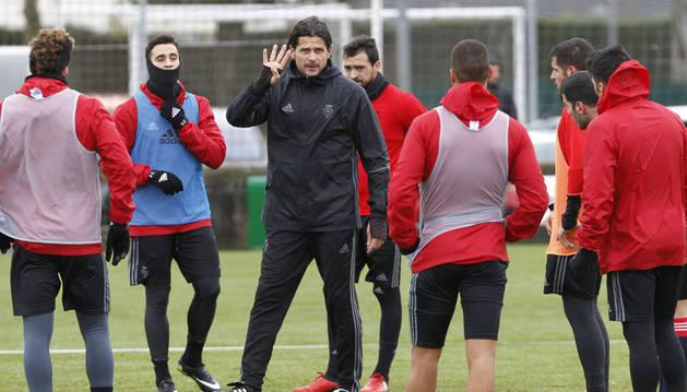 Pedja Vasiljevic imparte instrucciones a sus jugadores en la sesión de entrenamiento en las instalaciones de Tajonar