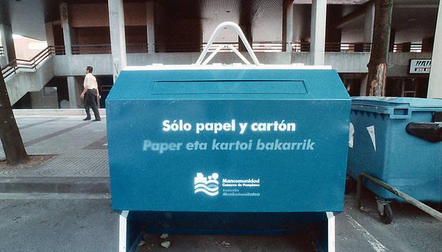 Un contenedor de papel y cartón en una imagen de archivo.