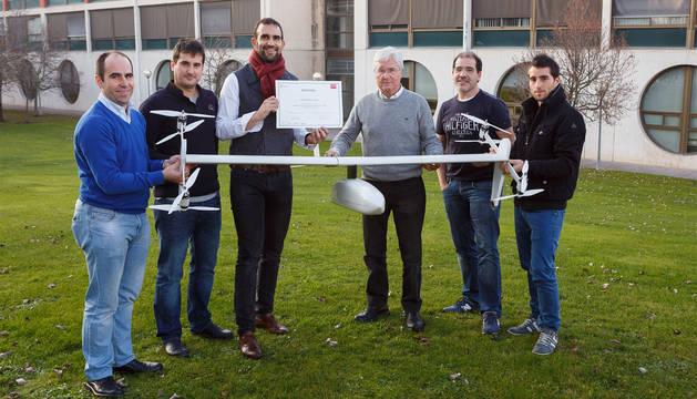 Integrantes de la empresa FuVeX posan con el dron híbrido.