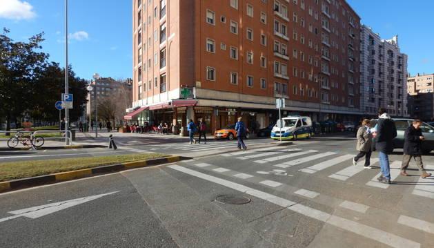 Una patrulla de la policía Municipal atiende el accidente en la calle Irunlarrea.