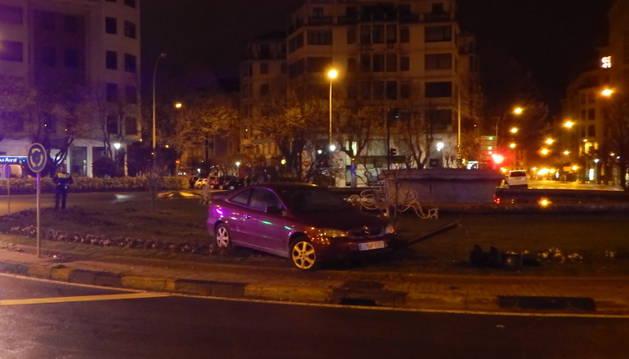 Estado en el que quedó el vehículo tras chocar con un semáforo y subirse a la rotonda de Príncipe de Viana.