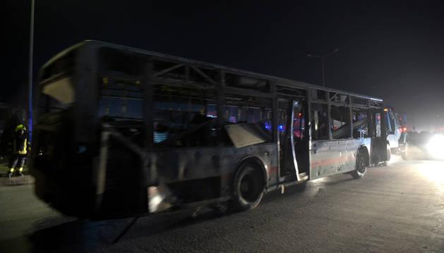 Un autobús herido en el doble atentado cerca del Parlamento de Kabul, la capital de Afganistán.