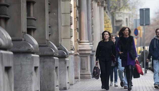 Imagen de la vicepresidenta del Gobierno, Soraya Sáenz de Santamaría (i), ha llegado sobre las 17.10 horas de hoy a la sede de la consellería de Economía de la Generalitat para reunirse con el vicepresidente del ejecutivo catalán, Oriol Junqueras.