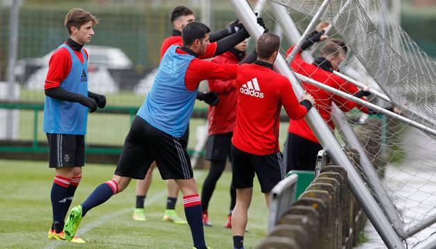Los jugadores recogen una de las porterías móviles que se utilizan en los entrenamientos.