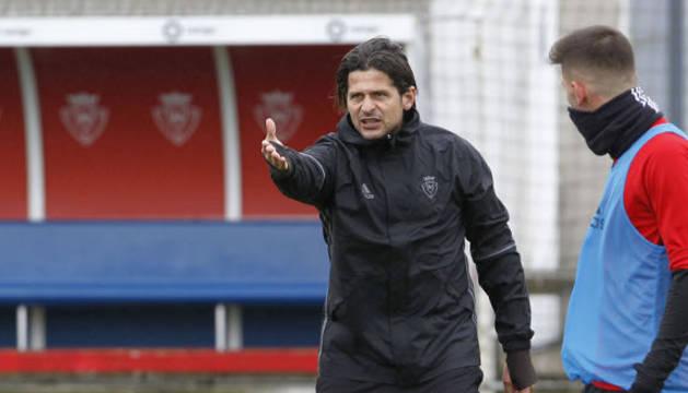 Vasiljevic da instrucciones a sus jugadores durante un entrenamiento en Tajonar