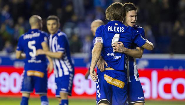 Carlos Vigaray y Alexis Ruano, jugadores del Alavés, se abrazan a la conclusión del partido.