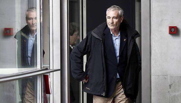 El consejero de Hacienda y Política Financiera, Mikel Aranburu, en los pasillos del Parlamento de Navarra.