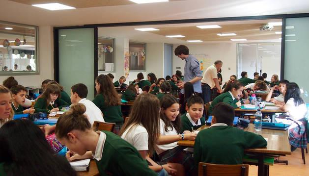 Imagen de la unión de dos aulas tradicionales con presencia simultánea de tres profesores durante los proyectos.