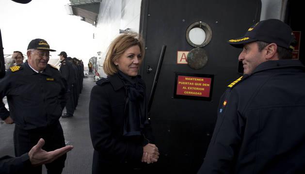 Imagen de la ministra de Defensa, María Dolores de Cospedal, durante la visita realizada hoy al Buque 'Juan Carlos I' en aguas de la Bahía de Cádiz, en la base naval de Rota.