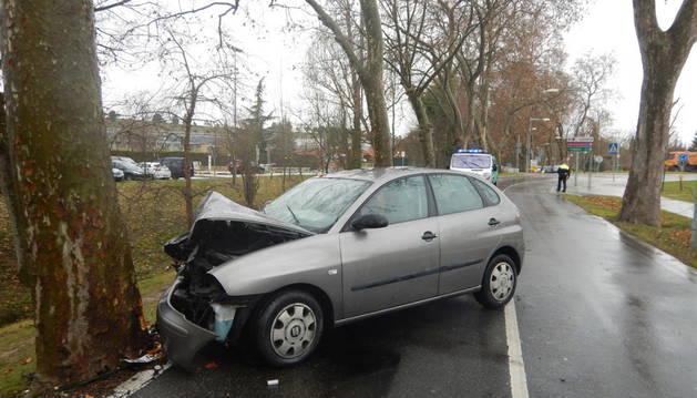 Estado en el que quedó un vehículo al salirse de la vía en la carretera de la Universidad.