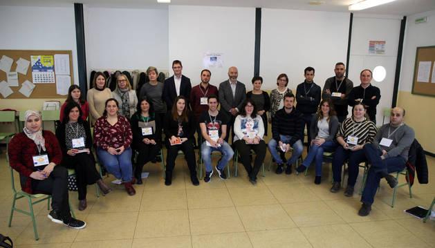 Los participantes en la Lanzadera de Empleo de Tudela posaron ayer con los responsables del proyecto que acudieron a visitarles en el aula habilitada en el CIP ETI de la ciudad.