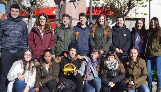 Los integrantes de la nueva directiva de la asociación de jóvenes La Carrera de Mendavia.
