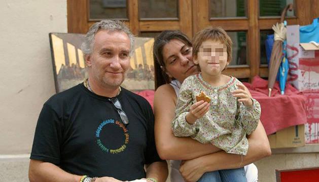 Los padres de Nadia, con la niña.