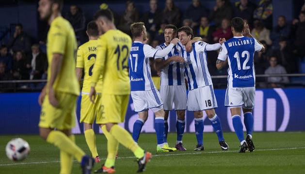 Los jugadores de la Real Sociedad celebran el gol de Oyarzabal.