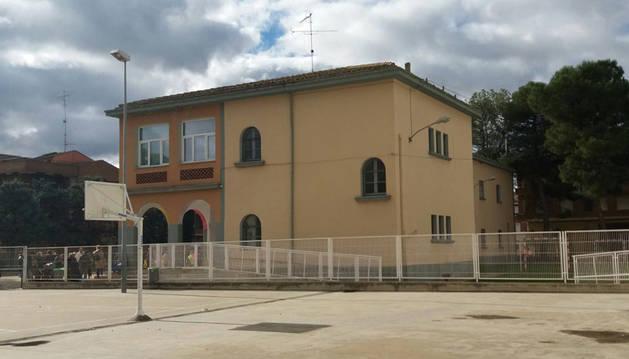 Imagen de las cuatro aulas se harán en la parte trasera (drcha foto) del edificio de Educación Infantil.