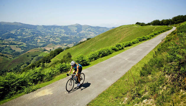 Imagen de un ciclista circulando por una pista de la zona de Lindus (Burguete).