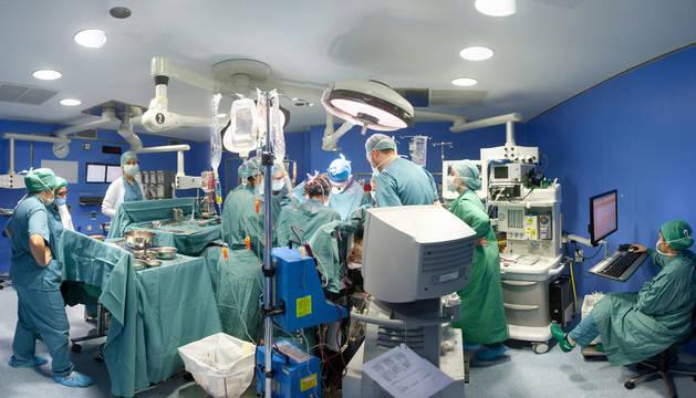 Imagen de un equipo de profesionales en un quirófano durante una trasplante de órganos.
