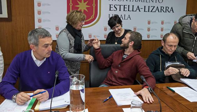 Leoz, con las ediles Yolanda Alén (UPN) y Emma Ruiz (Bildu), en una reciente sesión plenaria.
