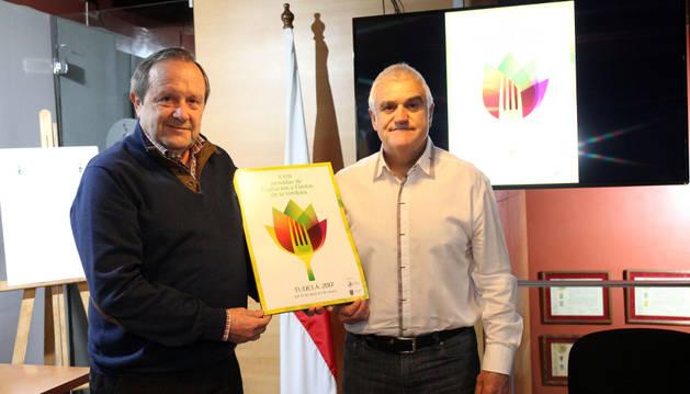 Rafael Remírez de Ganuza (izda.) y Julián López Gimeno muestran el cartel ganador del concurso.nuria g.