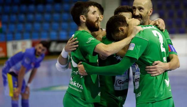 Los jugadores del Magna Roberto Martil, Asier Llamas, Rafa Usín, Javi Eseverri y Araça celebran el gol de este último, tercero del partido que les aseguró la Copa.