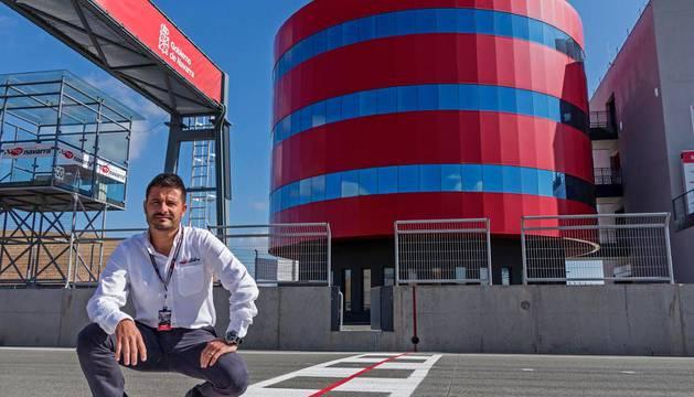 Manuel Muñoz, en el punto exacto desde donde saldrá la etapa de la Vuelta a España en Los Arcos.