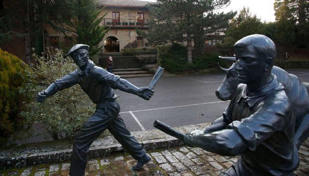 La escultura del encierro que se encuentra a la entrada del hotel en una imagen tomada ayer.