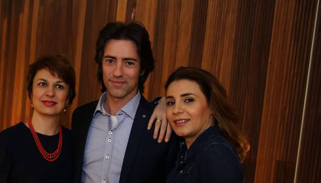 Los tres intérpretes navarros posaron ayer en Baluarte: Maite Beaumont (izquierda), José Luis Sola y Sabina Puértolas.