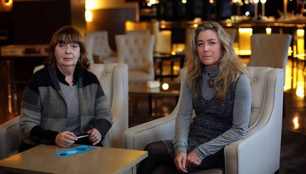Amparo Hurtado (izquierda) y Carmen Caro Jaureguialzo, ayer, antes del acto en Pamplona.