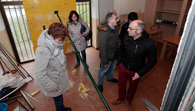 Foto de los miembros de la corporación municipal visitando el Chalet de Caparroso.