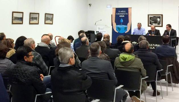 En la mesa, de izda. a dcha., el alcalde de Corella, Gorka García, Mariano Herrero y Cecilio Antón, alcalde de Ablitas y vicepresidente de la mancomunidad, ante el público asistente.