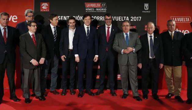 El director de la Vuelta, Javier Guillen, junto a las autoridades invitadas a la presentación.