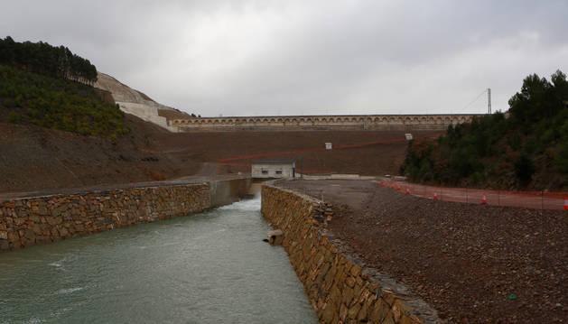 Foto de la presa de Yesa con la ladera afectada por el movimiento (izda.).
