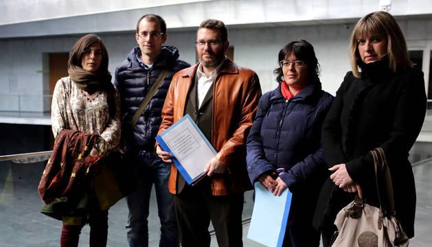 Iñaki Ortigosa, en el centro, con los restantes representantes de las Apymas que acudieron al Parlamento.