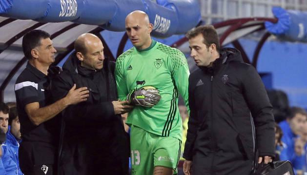 Nauzet, acompañado por José Manuel Martínez y Pablo Suárez (médico y fisioterapueta de Osasuna respectivamente), se retira de Ipurúa lesionado.