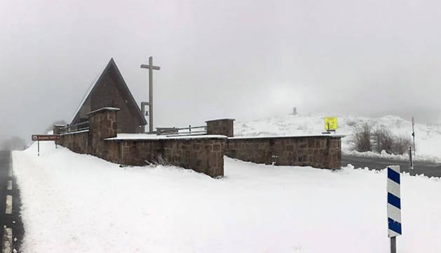 Aspecto que presenta este viernes la ermita de San Salvador en el alto de Ibañeta.