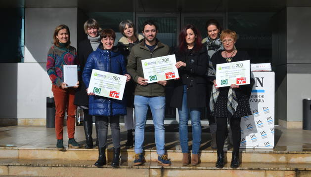 Premiados y organizadores posan junto a los galardones en la entrada de Diario de Navarra.