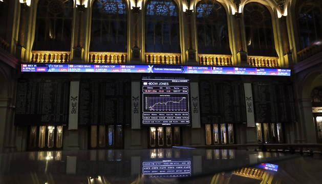 Paneles informativos de la Bolsa de España, hoy 13 de enero de 2017.