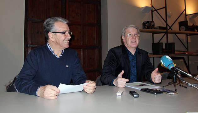 Pepe Alfaro y el concejal Javier Gómez Vidal, en la presentación de la Semana Literaria de Tudela.