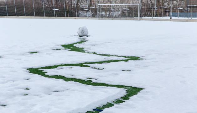 El césped de Sarriguren cubierto de nieve, en una imagen tomada el pasado invierno.