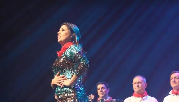Imagen de un instante de la actuación de Cristina Ramos en Baluarte.