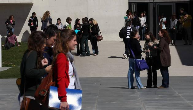 Estudiantes de la UN, en el exterior del edificio de Periodismo.