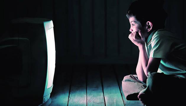 Un niño viendo la televisión.