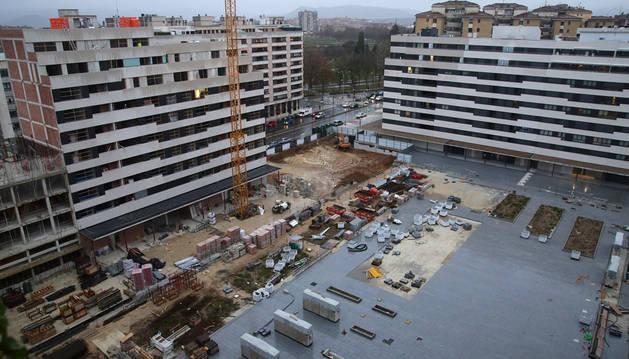 Vista de los nuevos edificios construidos o en plena construcción, rodeando la plaza Leonor de Trastámara.