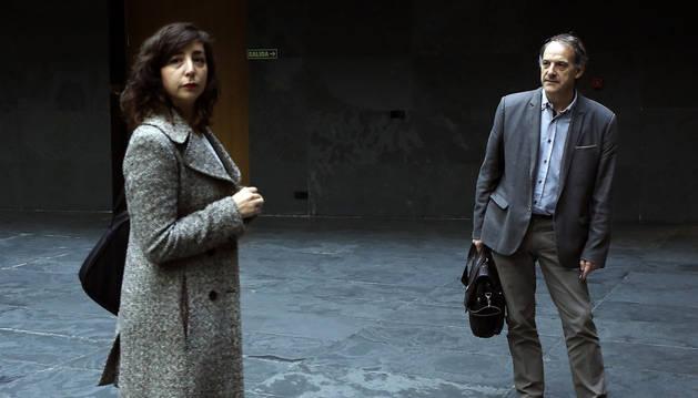 El portavoz de EH Bildu, Adolfo Araiz, mira a la líder de Podemos, Laura Pérez, en el Parlamento.