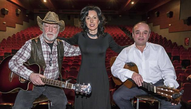 Javier Arnedillo 'Cacho', Ana Ganuza y Oscar Hita Chasco posan en el escenario de los Golem antes del concierto del viernes.