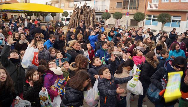 BUÑUEL. Los asistentes al cohete que puso este sábado en marcha las fiestas de Buñuel intentan coger las golosinas que se lanzaron en el acto.