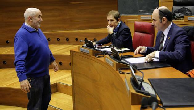 El consejero Mendoza, con Barkos y Ayerdi en el pleno del jueves.