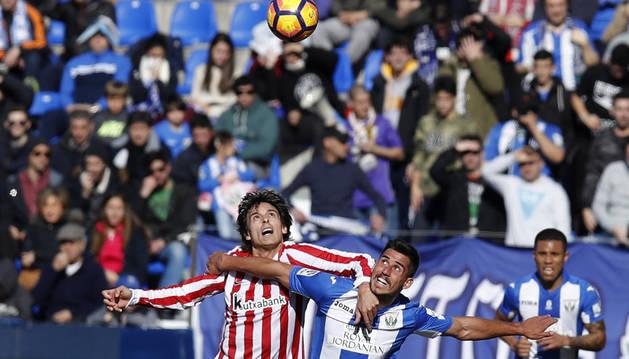 Ander Iturraspe y Gabriel Pires luchan por un balón