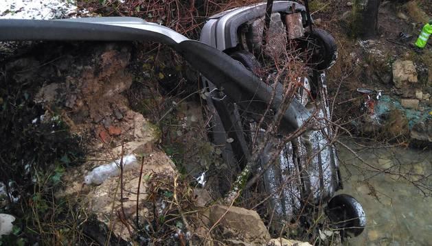 Tres heridos de una misma familia tras caer al río con su coche en Torrano